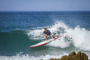 individu faisant du stand up paddle avec une planche nashwkell longboard