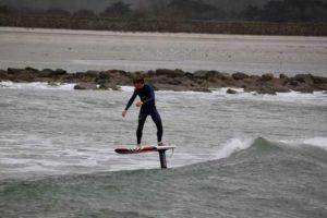 individu en action en surf foil