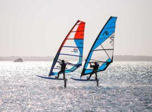 deux individus en action en foil windsurf