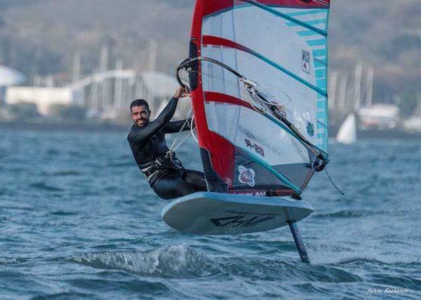 individu en action en foil windsurf