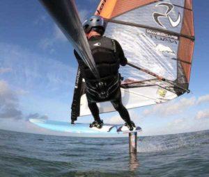 individu en action avec perche en foil windsurf