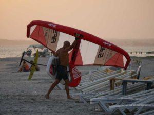 individu allant à l'eau avec un pack wing foil