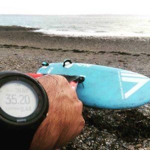 individu montrant sa vitesse sur montre avec ahd SL3 en fond