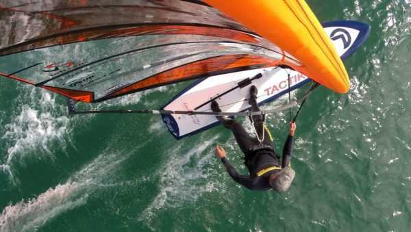 individu en action avec planche ahd tactik prise de vue mât