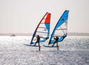 2 individus en action en foil windsurf
