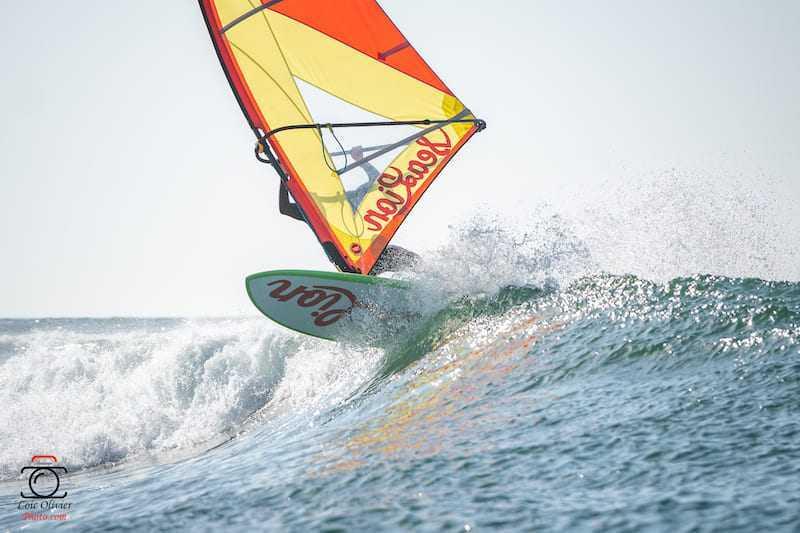 individu surfant une vague en wind sup avec matériel sealion