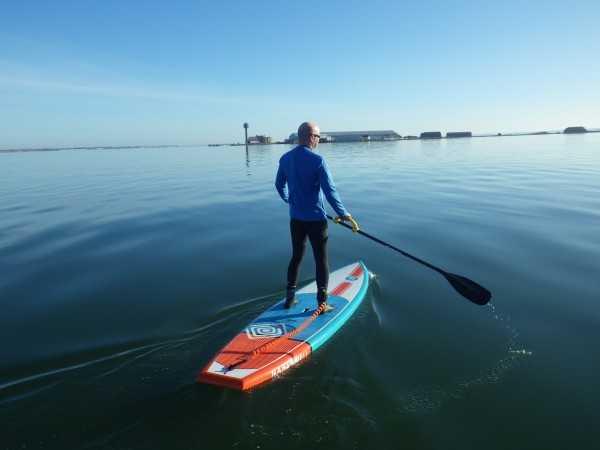 individu en train de ramer sur stand up paddle nahskwell fit