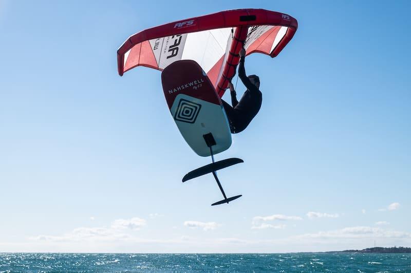 individu sautant en wing foil